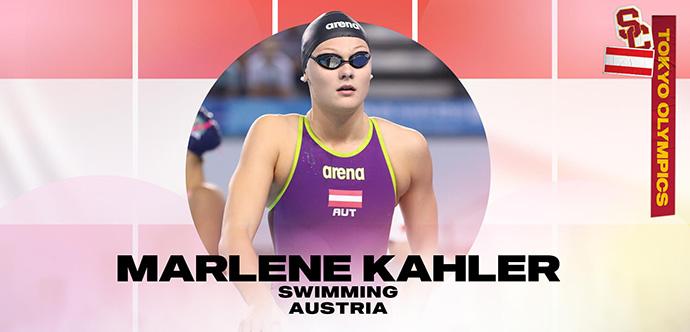 Merilina Kaillere apļa iekšpusē nēsā aizsargbrilles un peldkostīmu, uz kura un uz Austrijas karoga fona ir uzrakstīts viņas vārds, sporta specialitāte un valsts.