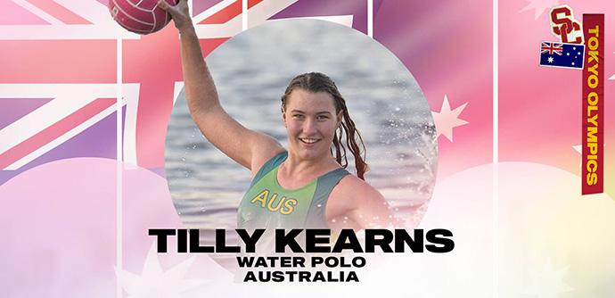 Tillija Kērnsa tur ūdenspolo bumbiņu, kas peld ar baseinu sarkanā aplī, un viņas vārds, sporta maģistrs un valsts ir uzrakstīti zem Austrālijas karoga.